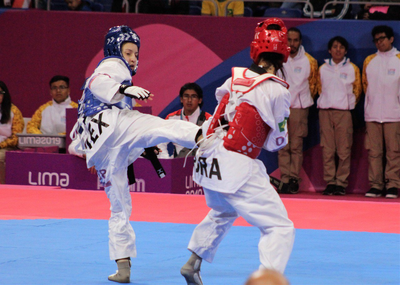 Daniela Souza (azul) obtiene medalla de plata en los Juegos Panamericanos 2019.