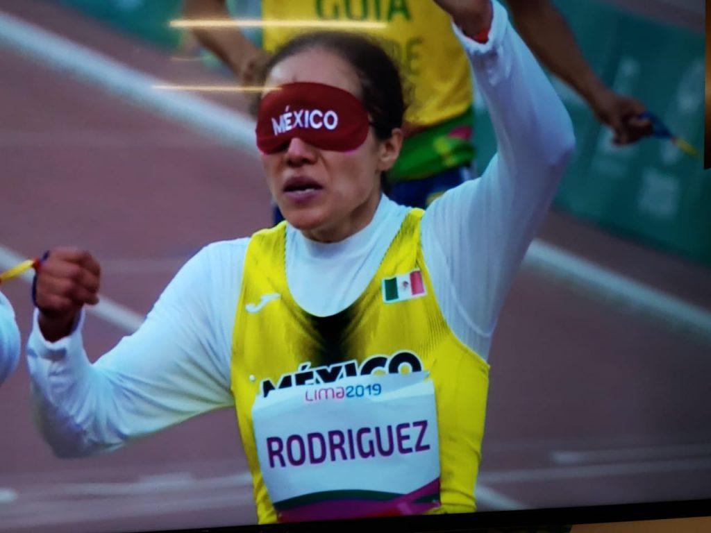 Al terminar los mil 500 metros en 4 minutos 52 segundos, Mónica rompió un récord parapanamericano.
