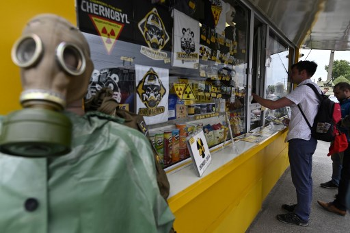 Los turistas compran souvenirs de Chernóbil. Foto: AFP