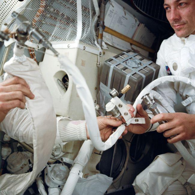 Los astronautas construyendo el filtro improvisado. Foto: NASA