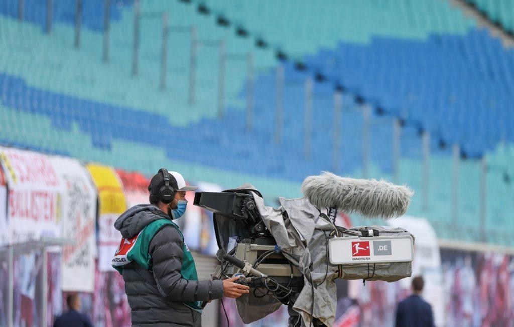 Todas las personas fuera del campo usan cubrebocas. Foto: AFP