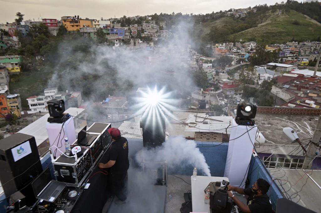 Sonido Conquistador Latino se arma pachangones en las azoteas de Naucalpan para llevar música y baile en plena pandemia. Foto: AFP