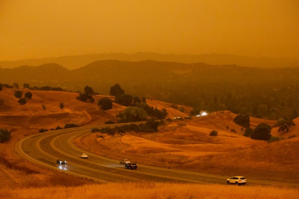 Vista del cielo anaranjado en Ygnacio Valley Road. Los incendios en California siguen arrasando miles de hectáreas. Foto: Brittany Hosea-Small | AFP