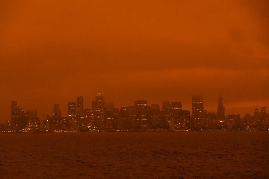 El humo y los incendios han teñido el cielo de San Francisco, California. Foto: Philip Pacheco | AFP