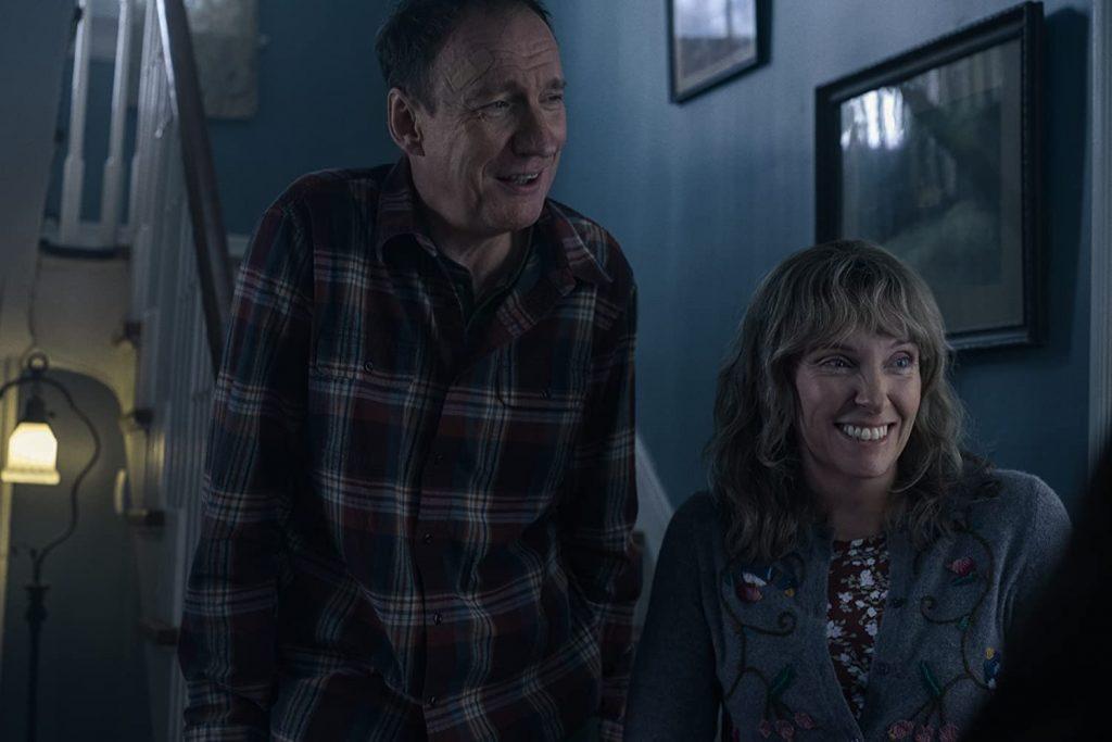 David Thewlis y Toni Collete interpretan a los padres de Jake en la película Estoy pensando en el final de Netflix. Foto: IMdb