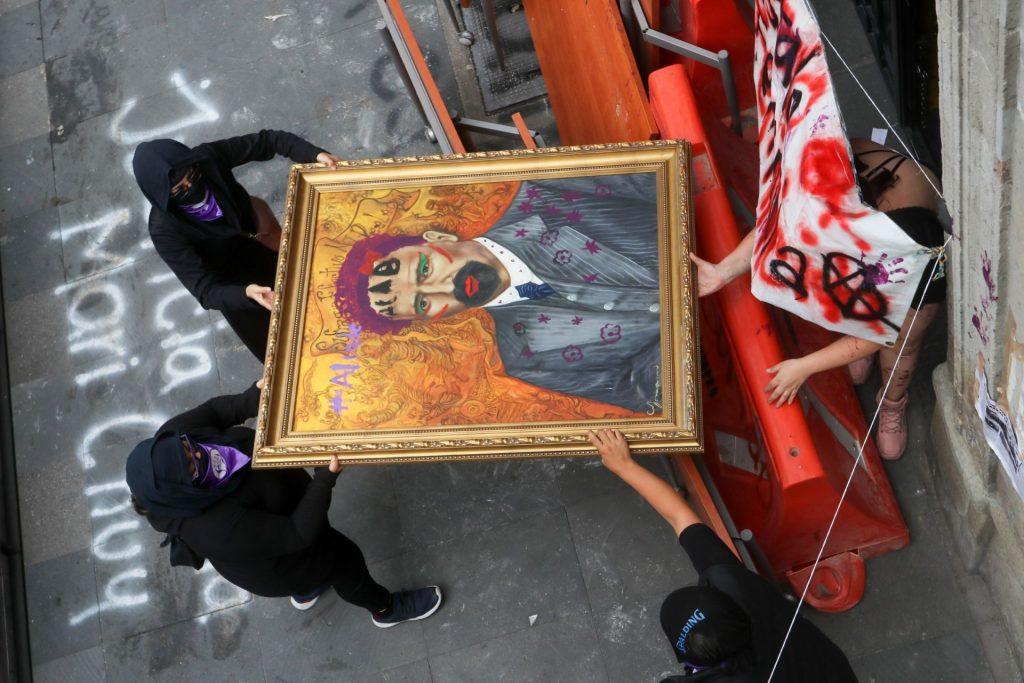 Jomenu regaló el cuadro del Francisco I. Madero a la niña que lo intervino en la CNDH. Foto: Graciela López | Cuartoscuro