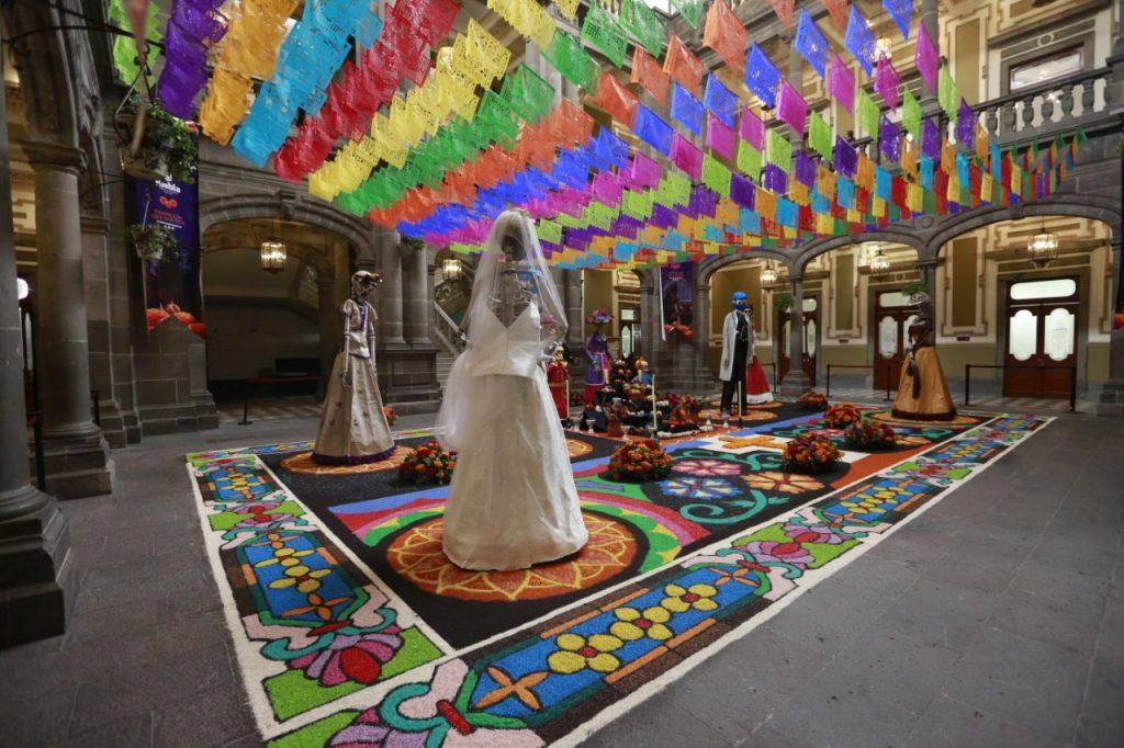 La Presidencia Municipal de Puebla explicó que el altar de muertos aún estaba en construcción cuando las fotos de la ofrenda se hicieron virales. Foto: Cortesía Ayuntamiento de Puebla