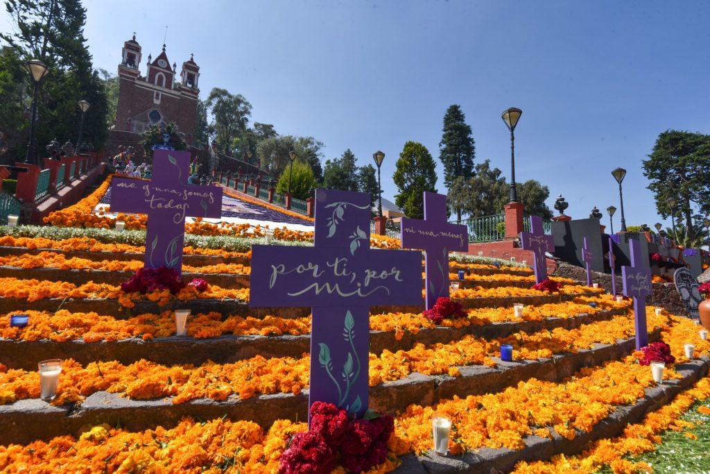 Las escalinatas del Calvario de Metepec lucen una ofrenda monumental dedicada a mujeres víctimas de violencia y fallecidos por CIVID-19, así como al personal medico. Foto: Crisanta Espinosa Aguilar | Cuartoscuro