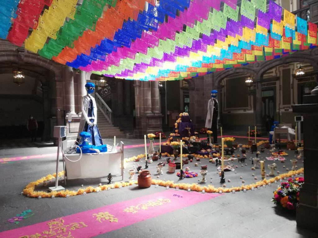 La ofrenda del Día de Muertos instalada en el Ayuntamiento de Puebla recibió varias críticas en redes sociales. Foto: Cortesía de Revista Almanaque Puebla | Fotógrafa: Jacqueline Steffanoni