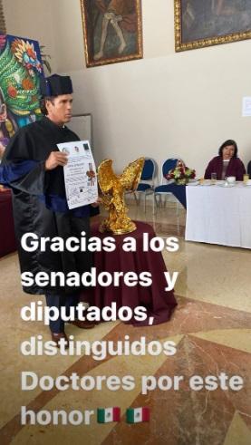 El momento en el que recibió su Doctorado. Instagram: Roberto Palazuelos