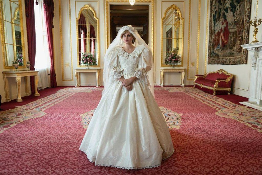 El vestido de novia de Lady Di que se ve en la serie no es exactamente igual al real pues diseñadora de vestuario, Amy Roberts, dijo que en este caso en particular prefería emular el icónico vestido de la boda y no hacer una réplica exacta. Foto: @thecrownnetflix