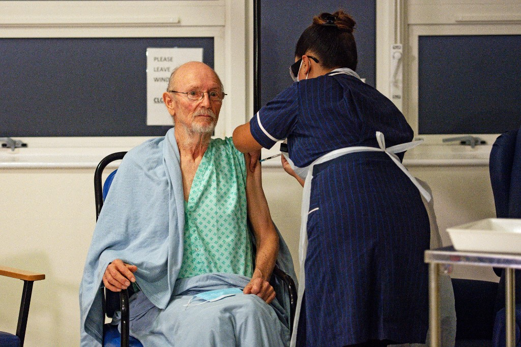 William Shakespeare recibió en Reino Unido la vacuna de Pfizer-BioNtech contra la Covid-19. (Foto: Jacob King / AFP)