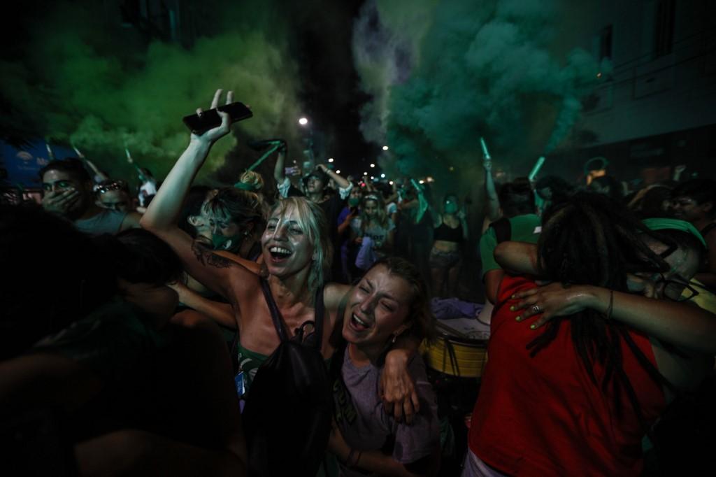 Mujeres celebran en Argentina la legalización del aborto. Foto: Emiliano Lasalvia  | AFP