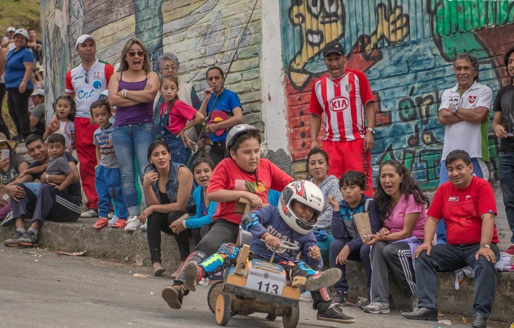 Primer acto: el carrito de madera se descontrola. (Foto: Facebook Municipio de Loja)