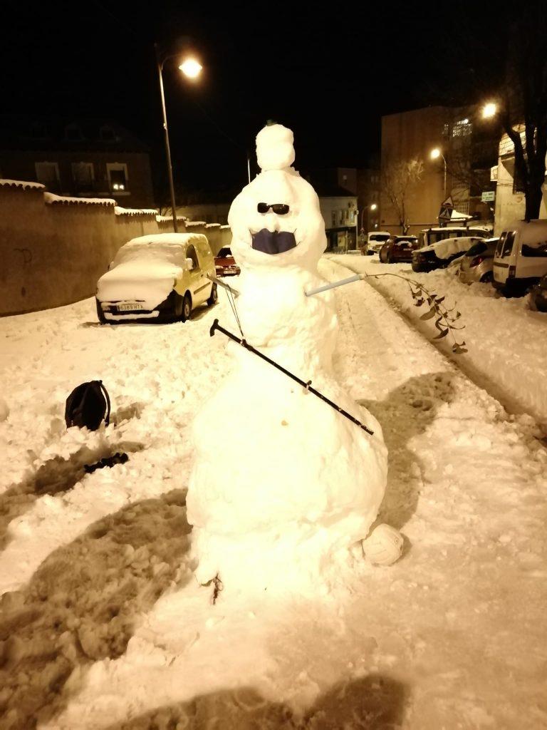 Este muñeco de nieve en España se llama JERRY ANTICOVID. Foto: @DARKANGEL21_18