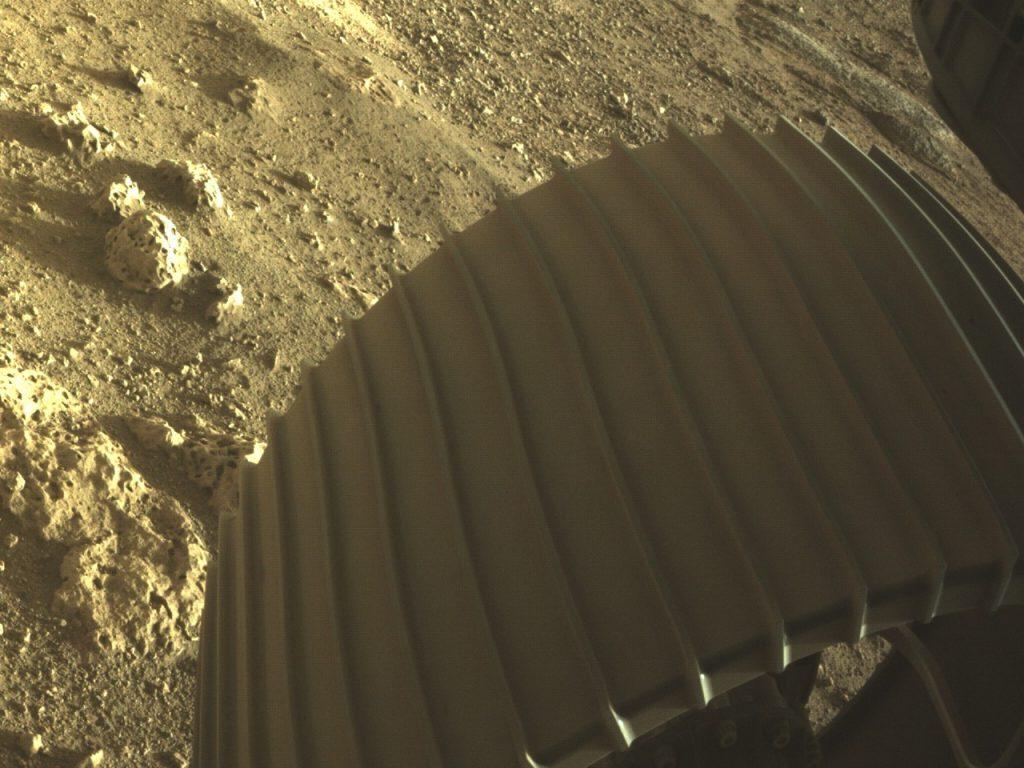 Las llantas de la Perseverance son más resistentes que las de la Curiosity para soportar el suelo marciano y las afiladas rocas. Foto: NASA