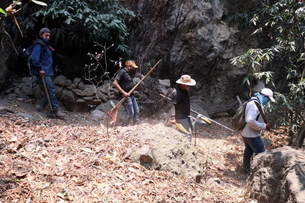 TEPOZTLÁN, MORELOS, 14ABRIL2021.- En un 70 por ciento se tiene controlado el incendio que desde el pasado domingo se registra en el paraje Malinalapa, del poblado de Santo Domingo en Tepoztlán, dieron a conocer las autoridades estatales y federales que encabezan el combate al fuego. Este miércoles más de 200 brigadistas laboran en las labores de tierra para avanzar en la liquidación del mismo; durante las primeras horas, se realizó un sobrevuelo a fin de definir la estrategia y valorar el área afectada. Foto: Margarito Pérez Retana | Cuartoscuro
