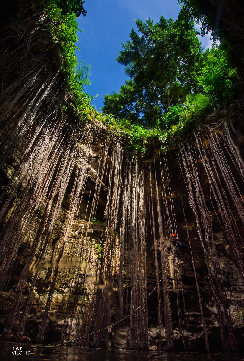 Entrada a cenote Chankom. Fotógrafa y buza especializada en espeleología Kay Vilchis.