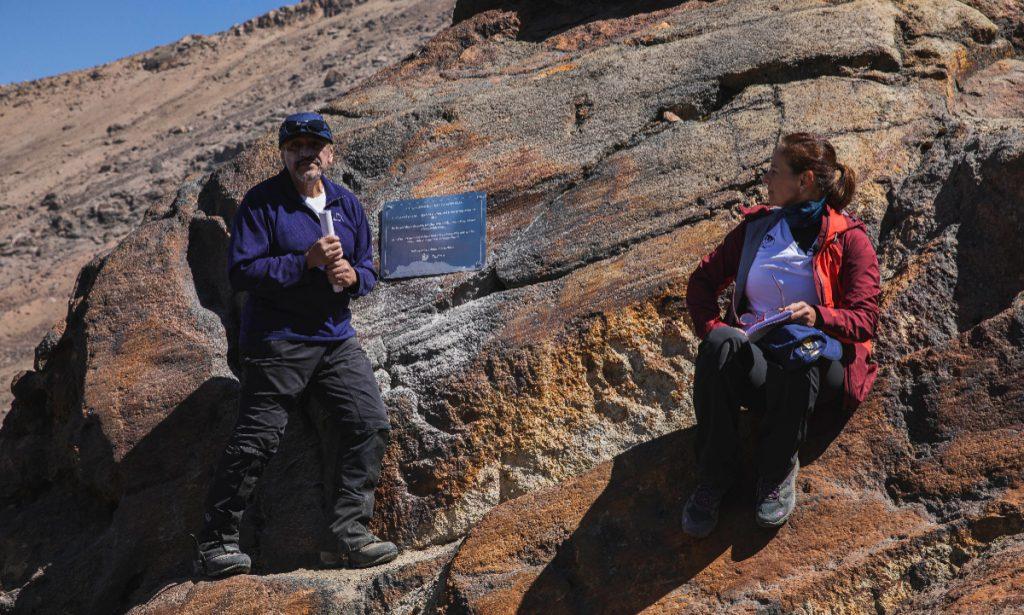 El investigador Hugo Delgado Granados y la académica Anel Pérez Martínez colocaron una placa para recordar la existencia del glaciar Ayoloco, en el Iztaccíhuatl. Foto: UNAM