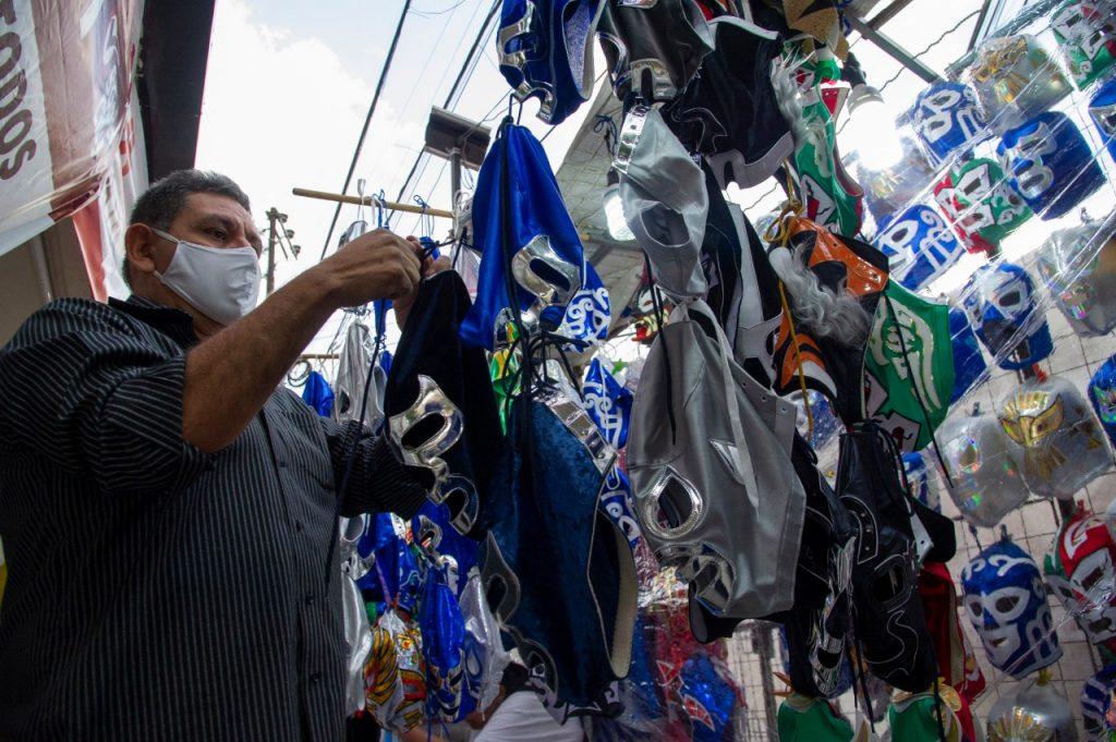 Los puestos de máscaras y negocios locales también celebraron el regreso de las luchas. Foto: AFP