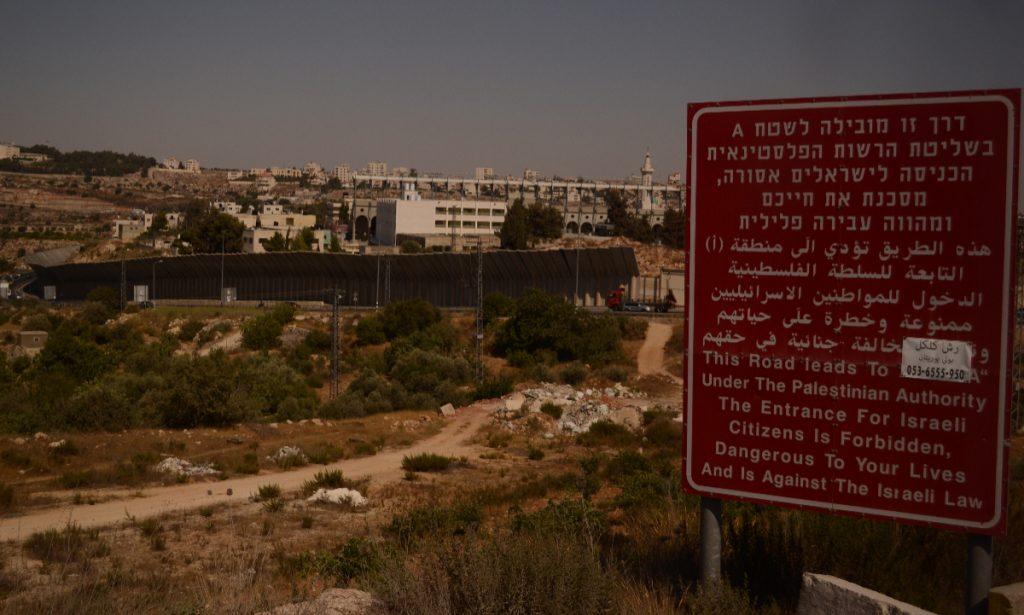 """""""Este camino está a cargo de ---, bajo la autoridad palestina. La entrada a ciudadanos israelíes está prohibida, es peligrosa para sus vidas y va en contra de las leyes de Israel"""". (Foto: Paulina Estrada)"""