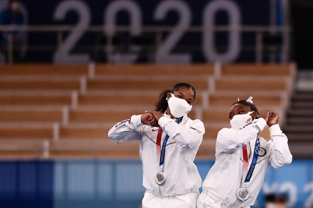 Simone Biles dijo que decidió dejar que sus compañeras del Team USA se presentaran sin ella para poder concentrarse en su salud mental. Foto: Loic Venance   AFP