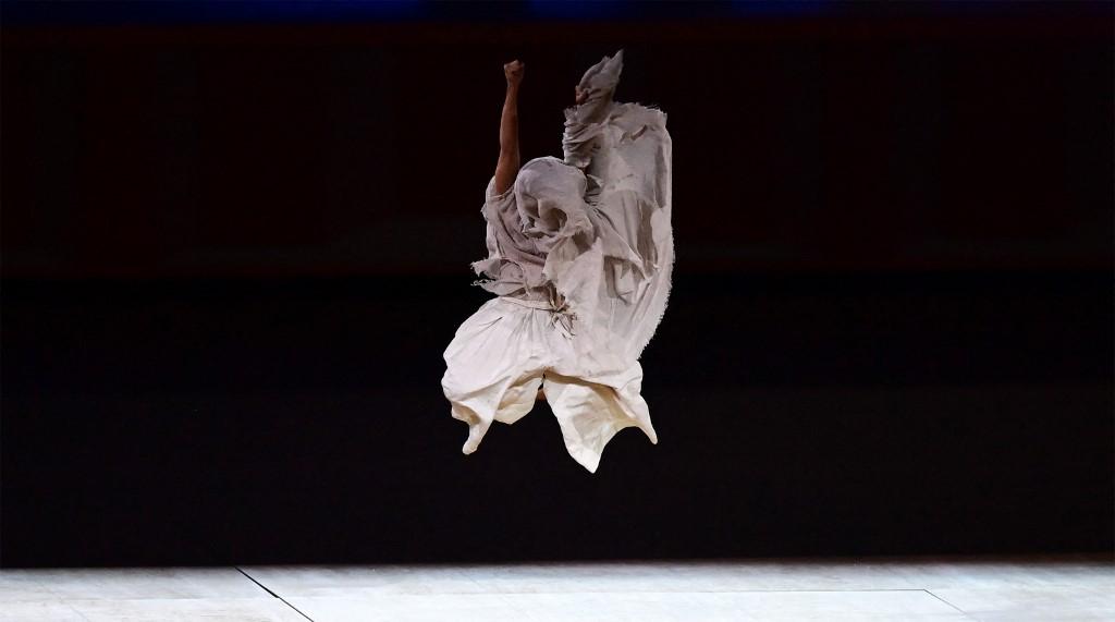 Bailarín en la inauguración de Tokio 2020. Foto: Franck Fife / AFP