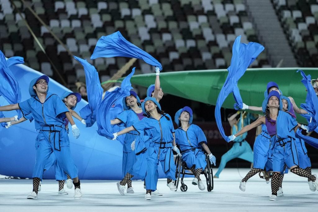 Bailarines durante la inauguración de los Juegos Paralímpicos de Tokio 2020. Foto: Yasuyoshi Chiba | AFP