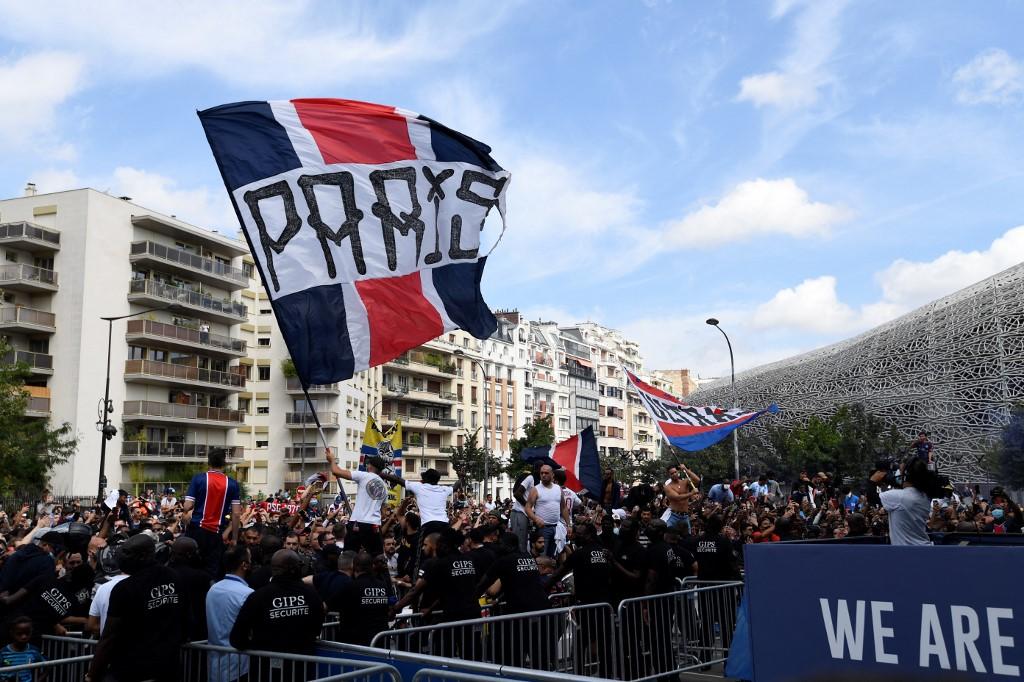 Seguidores del PSG celebran la llegada de Leo Messi al equipo parisino. Foto: Bertrand Guay | AFP