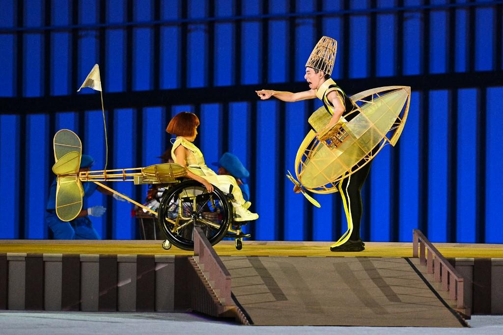 El pequeño avión sin un ala en el show de apertura de los Juegos Paralímpicos. Foto: Philip Fong | AFP