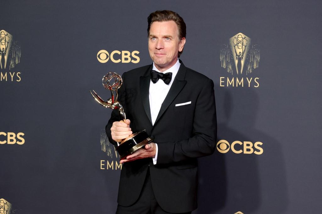 Ewan McGregor ganó a Mejor actor de una miniserie por su interpretación en Halston, de Netflix. Foto: Rich Fury | AFP