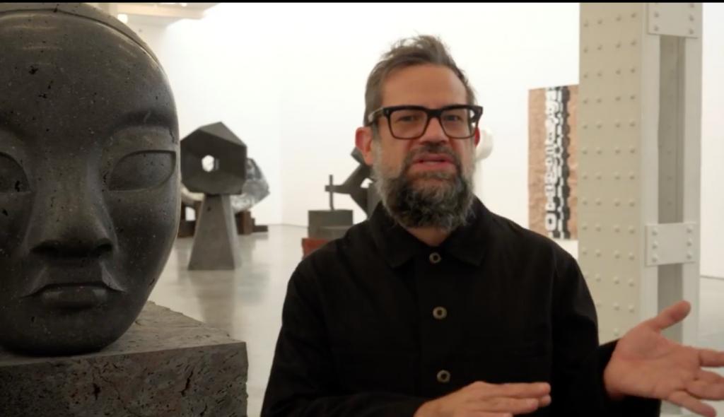 El artista Pedro Reyes junto a una escultura de Tlali. Foto: Instagram @_pedro_reyes_