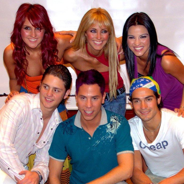 RBD de 2004: Dulce María, Anahí, Maite Perroni, Christopher Uckermann, Christian Chávez y Alfonso Herrera. Foto: Wikimedia Commons